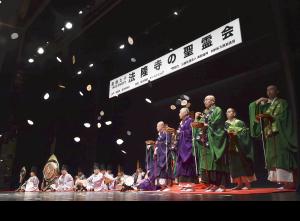 法隆寺僧侶による散華