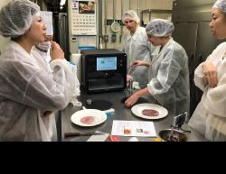ナチュラルマシーンズの食材加工技術をテストする関係者ら